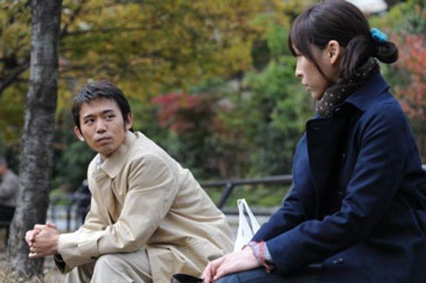 七緒に猛烈アタックを仕掛けるコンビニ店長役の岡田義徳(左)