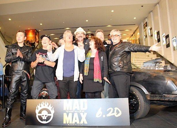 【写真を見る】マックスの愛車、インターセプターのレプリカの前で『マッドマックス』監督&キャスト陣がフォトセッション!