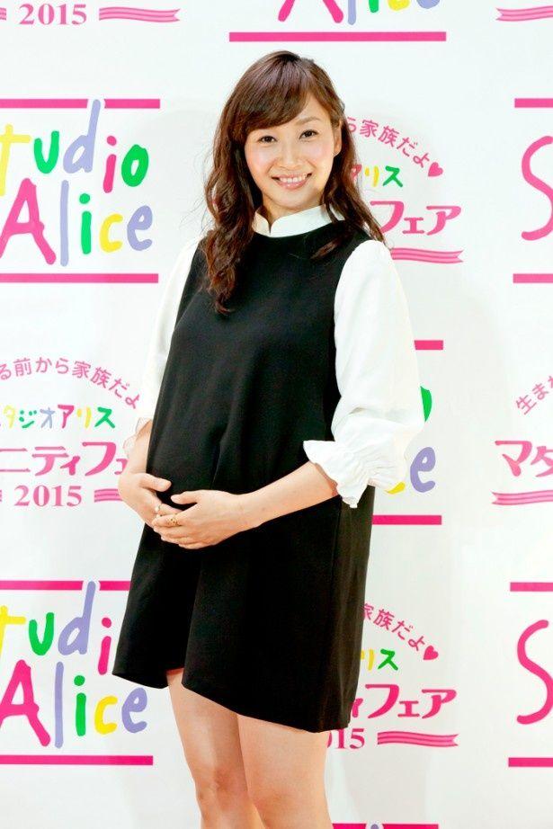 福岡で初開催された「スタジオアリス マタニティフェア 2015」に登場した藤本美貴。7月に第2子となる女の子を出産予定だ