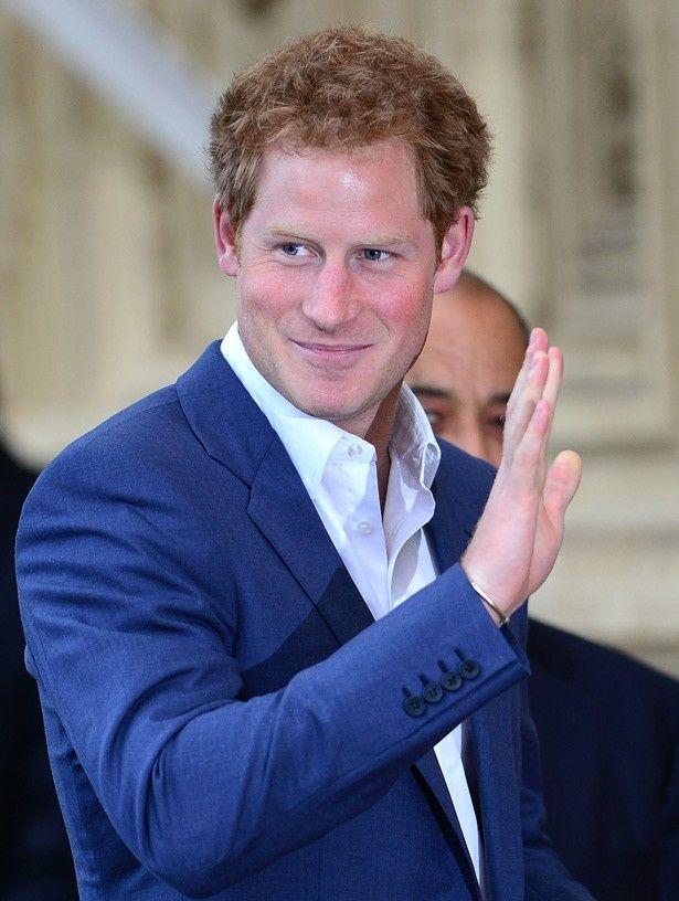 人気ドラマのヒロインと大接近している姿を写真に撮られたヘンリー王子