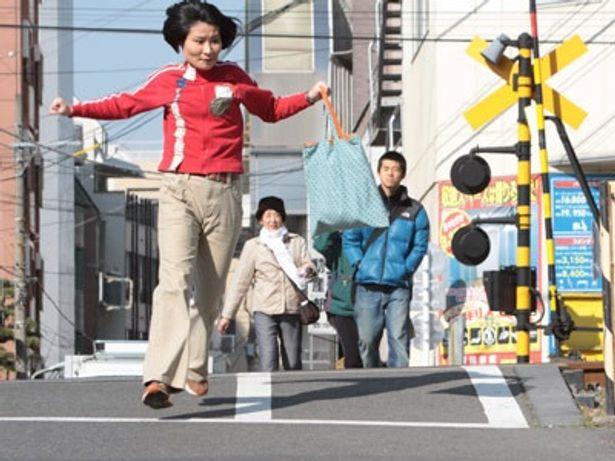 街中を疾走するはいり。一体何を追いかけているのか!?