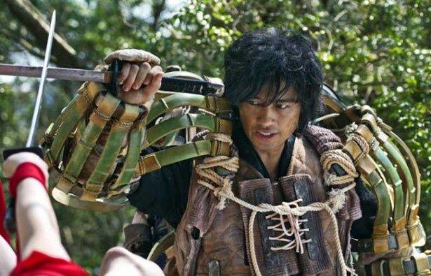 装着した人間の力を増幅させる竹製の鎧を身にまとった虎影