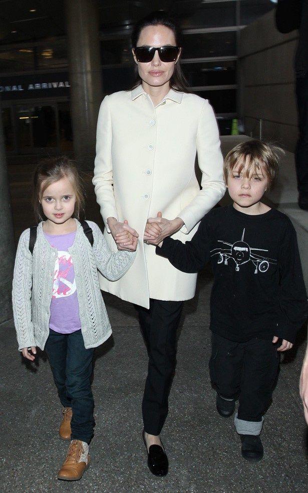 アンジーと、双子のヴィヴィアン(左)、ノックス(右)