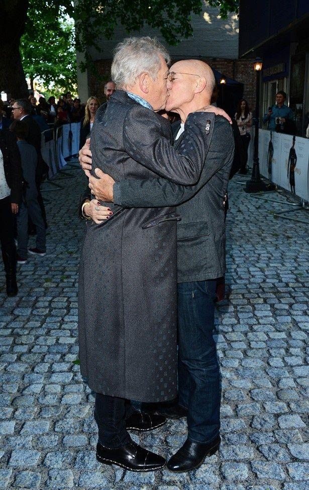 パトリック・スチュワートとイアン・マッケランがキス!