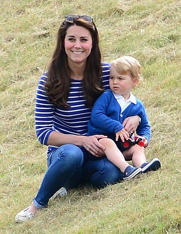 お揃いのブルー系コーディネートで登場したキャサリン妃とジョージ王子