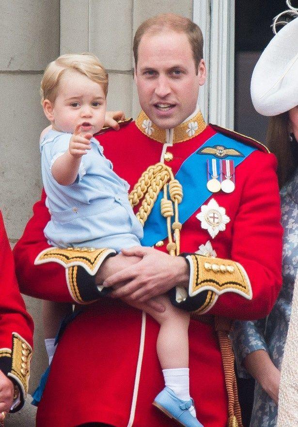 バッキンガム宮殿のバルコニー・デビューを果たしたジョージ王子