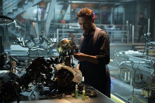 ロバート・ダウニーJr.演じるトニー・スターク。ウィットに富んだ会話でも楽しませてくれる!