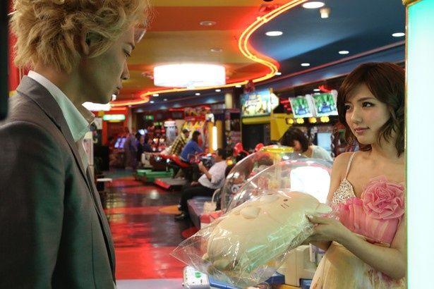 露出の激しいドレスでキャバクラ嬢を演じる真野(『新宿スワン』)