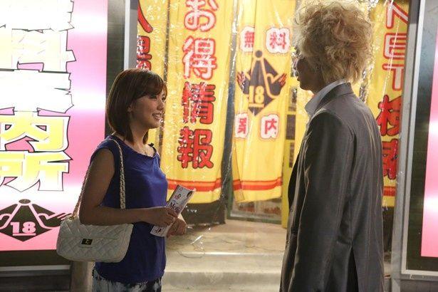歌舞伎町でスカウトマンの龍彦(綾野剛)と出会い、水商売を斡旋してもらう(『新宿スワン』)