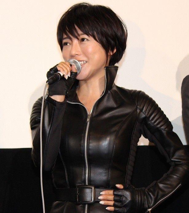 釈由美子、「苦しい!」とピチピチレザースーツ姿に苦笑