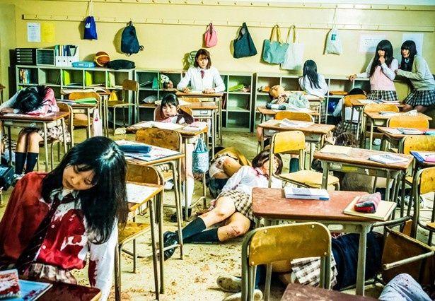 【写真を見る】衝撃!血しぶきで汚れた教室で、茫然とするトリンドル玲奈