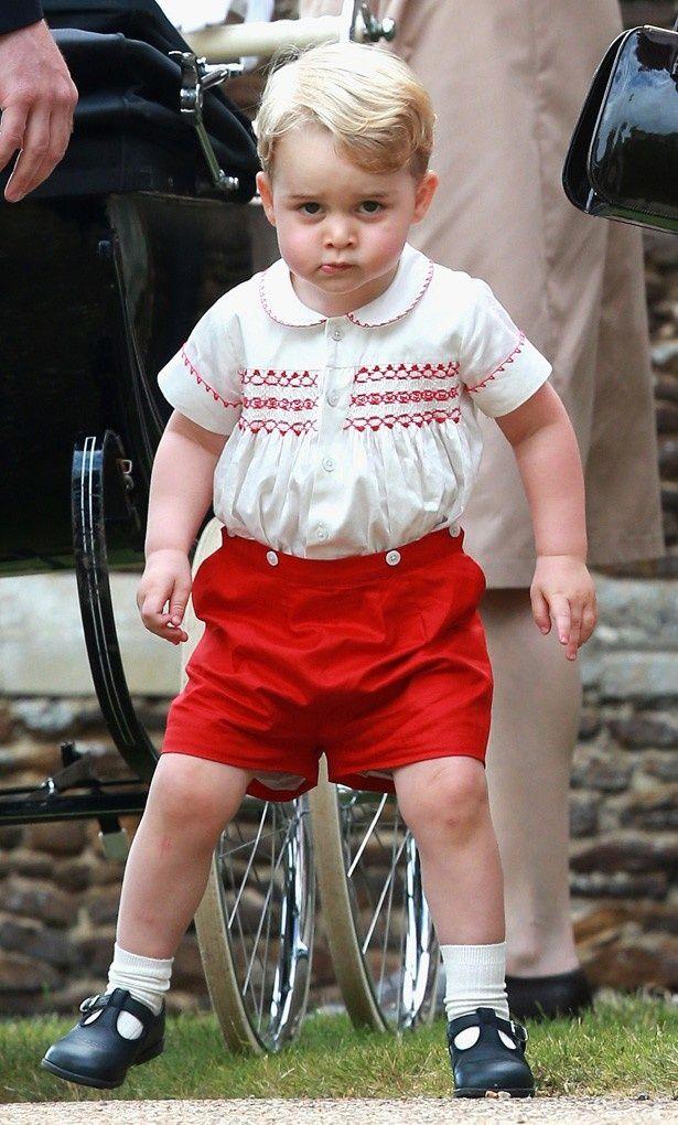 シャーロット王女の洗礼式に赤い半ズボン姿で現れたジョージ王子