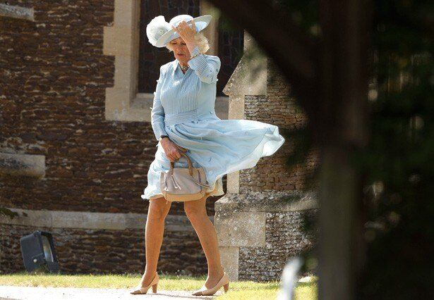 シャーロット王女の洗礼式でカミラ夫人のスカートがめくれ上がるハプニングが発生