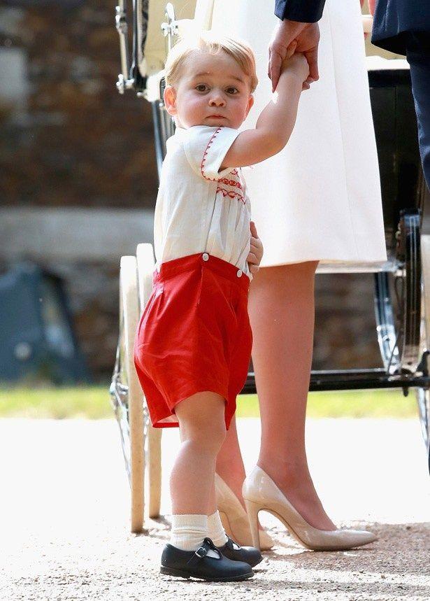 カメラに向かって少しおどけた顔をするジョージ王子