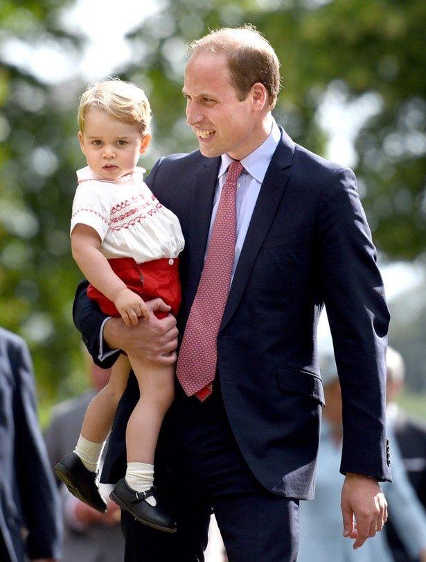 なだめに応じなかったジョージ王子を、ウィリアム王子が抱っこする場面も