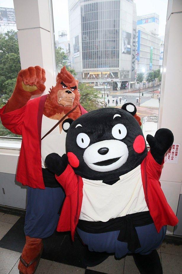 スクランブル交差点をバックにポーズをとる熊徹とくまモン