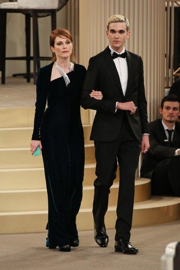 ジュリアン・ムーアと腕を組んでシャネルのショーに登場した、ダニエル・デイ=ルイスの息子ガブリエル