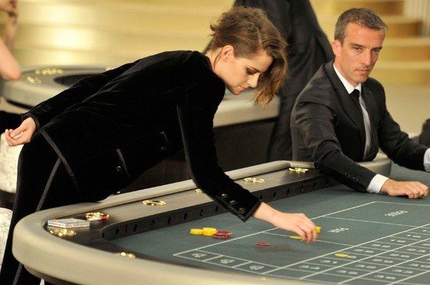 会場のカジノに興じるクリステン・スチュワート