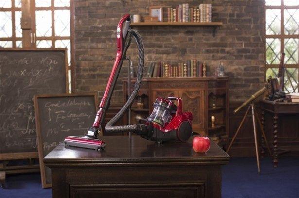 撮影の待ち時間も、二宮自らこのクリーナーでじゅうたんを掃除していた