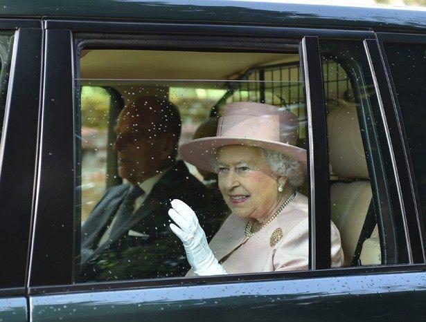 【写真を見る】ピンク色の装いで現れたエリザベス女王