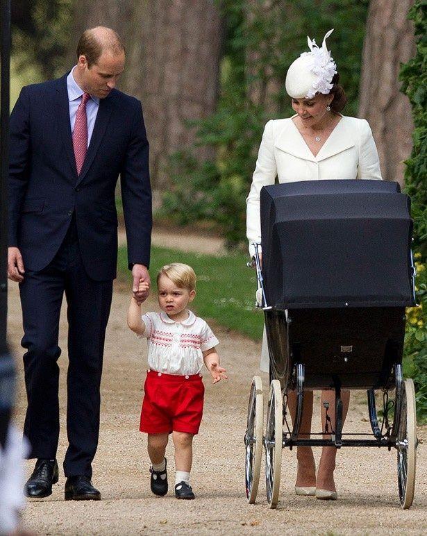ジョージ王子の赤い半ズボンも注目を集めた
