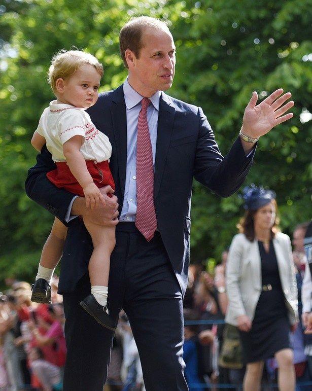 ジョージ王子が泣き出し、ウィリアム王子がなだめる一幕も