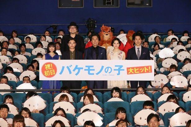 「バケモノの子」初日舞台挨拶。フォトセッションには熊徹も登場!!