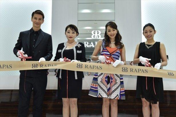 RAPAS 銀座店のオープニングセレモニーに出席した(写真左から)JOY、北村啓子取締役社長、神田うの、安藤美姫