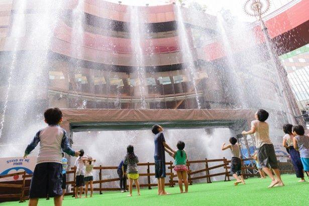 映画「ジュラシック・ワールド」の劇中音楽に乗せ、勢いよく噴き上がる噴水は圧巻!(写真は2014年の様子)