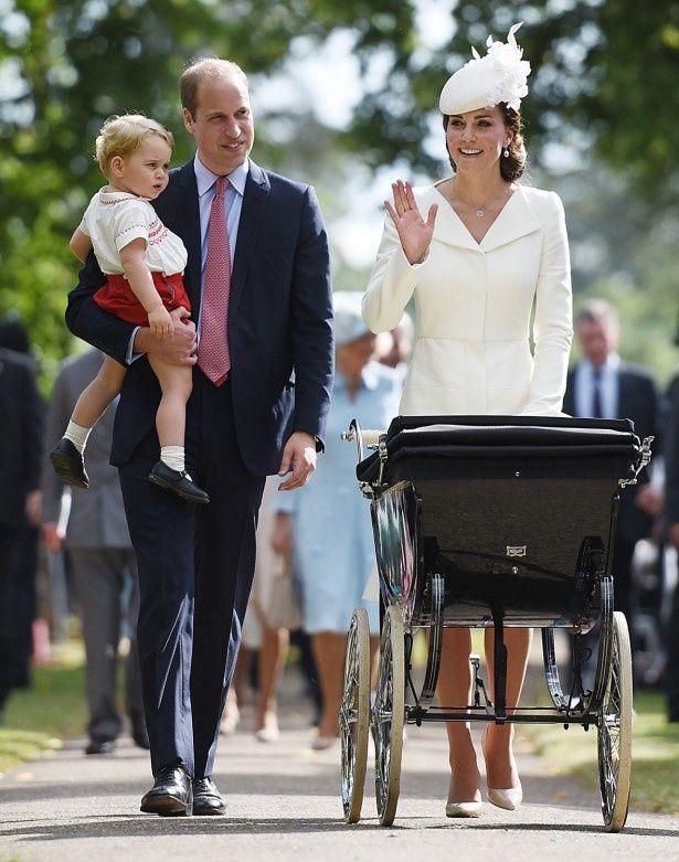 ハイヒール姿で乳母車を押して登場したキャサリン妃