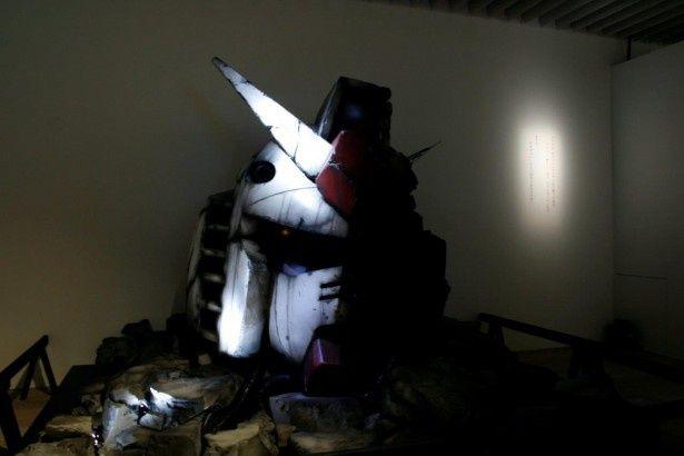 歴戦の傷跡がつけられた、等身大「ガンダムヘッド」モデル