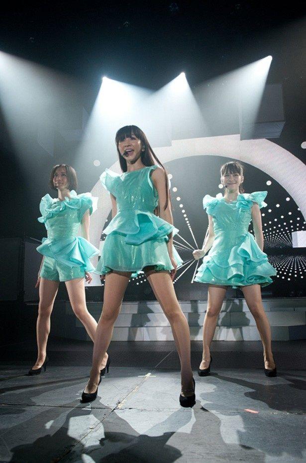 """「Perfume WORLD TOUR 3rd」の""""裏側""""に密着し、Perfumeのライブパフォーマンスからオフの姿までを映しだす!"""