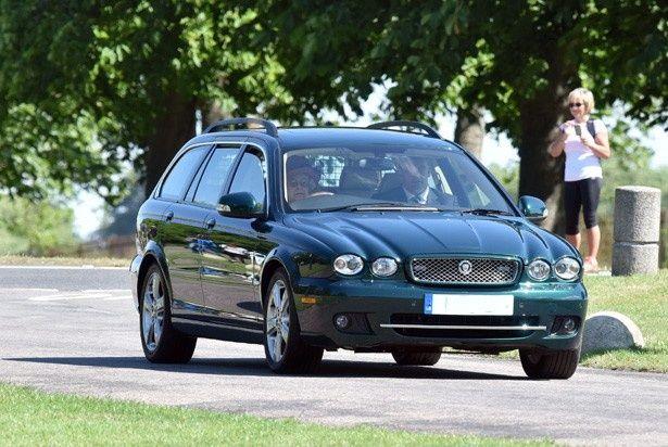 颯爽とジャガーを運転するエリザベス女王