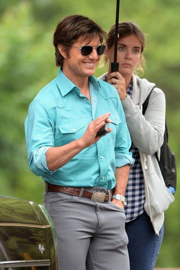 アシスタントの新恋人にプロポーズ寸前だと伝えられているトム・クルーズ。後ろにいるのがアシスタントのエミリー