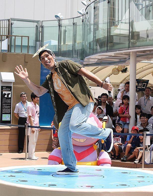 声優としてアフレコに初挑戦した柔道銀メダリストの篠原信一がお茶目にポーズ!