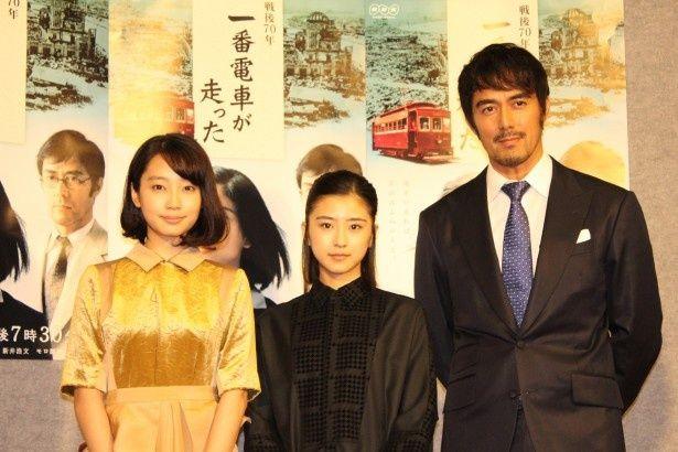 会見に出席した(左から)清水くるみ、黒島結菜、阿部寛