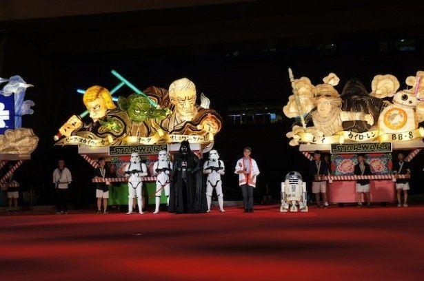 ねぶた祭り前夜祭セレモニーに登場した鹿内市長とベイダー卿、ストームトルーパー、R2‐D2