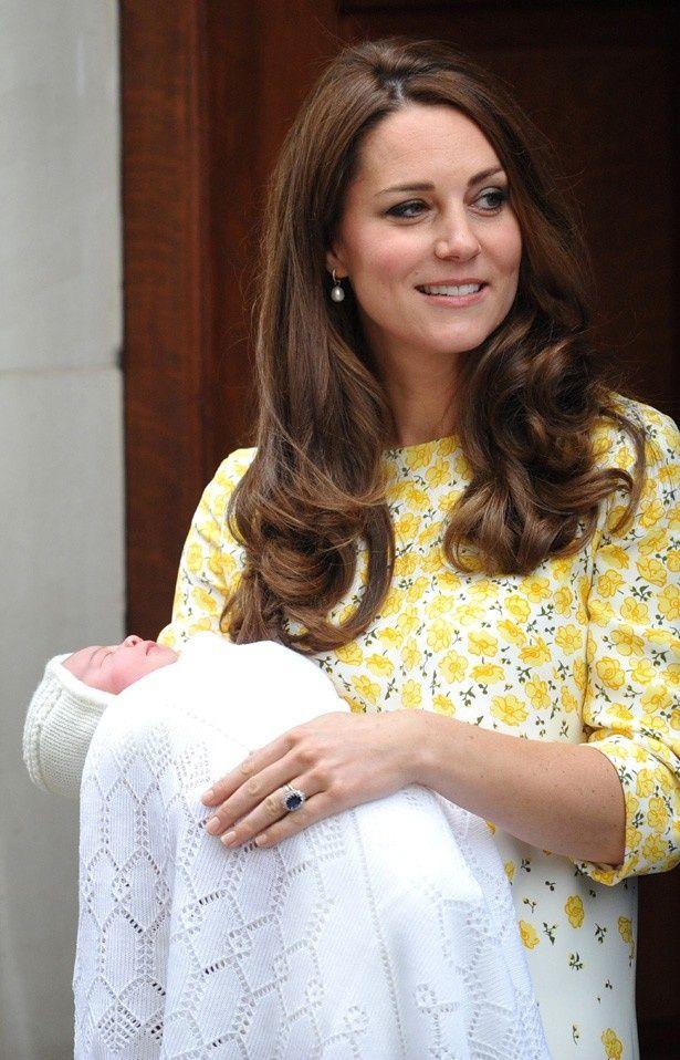 シャーロット王女を出産し、退院時に姿を現したキャサリン妃