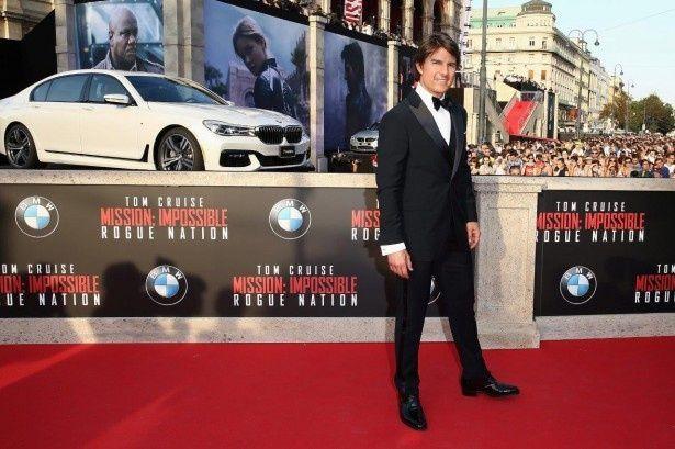 トム・クルーズの後ろにBMWの新型車を展示