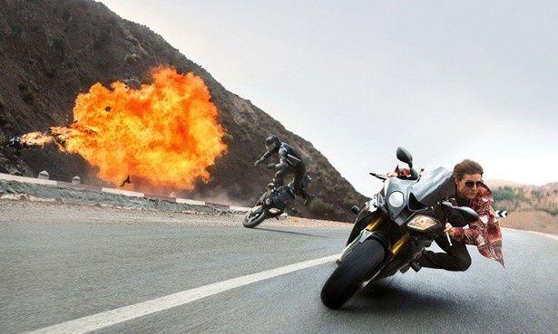 実際にバイクを運転し、横転する危険なスタントに挑んだトム・クルーズ