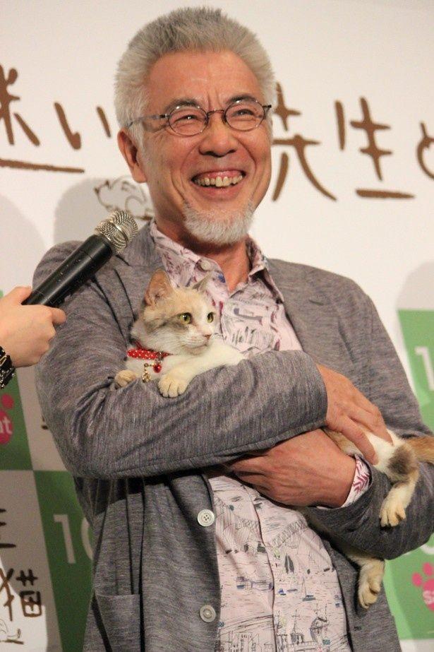 イッセー尾形が三毛猫の主演女優と対面