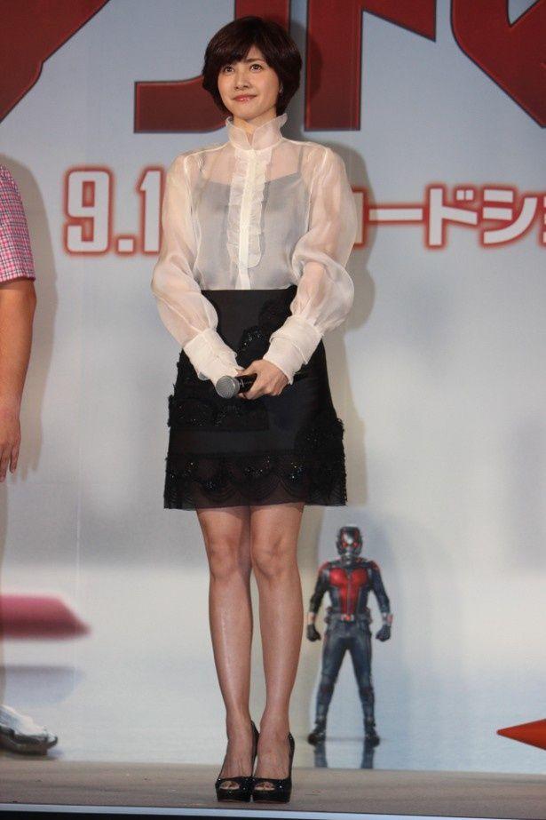 【写真を見る】内田有紀の美脚に注目!全身ショットはこちら