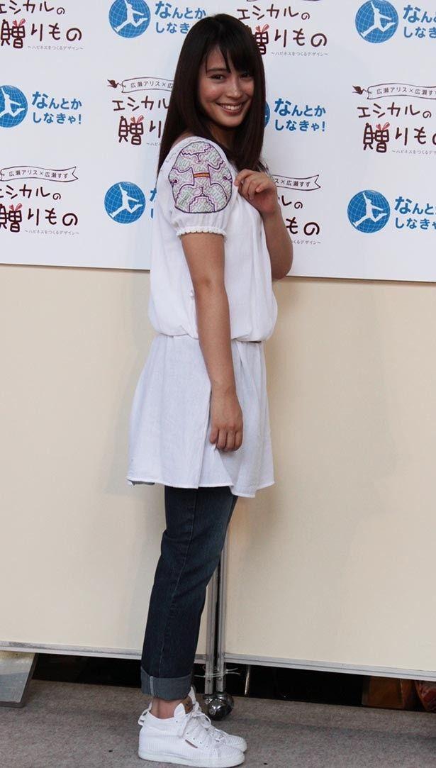 手縫いのエシカルファッションをアピールする広瀬アリス