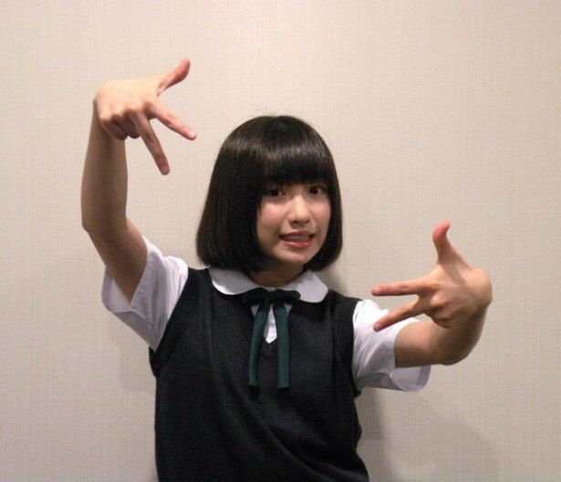 吉田凜音が劇中同様にラッパーポーズ!