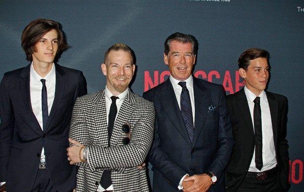 元ボンド俳優のピアース・ブロスナンがイケメン息子たちを引き連れ登場