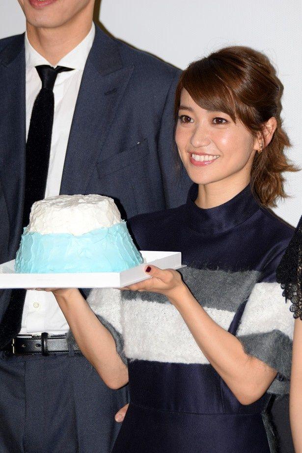 富士山をイメージしたスタッフお手製のケーキを手にする大島優子