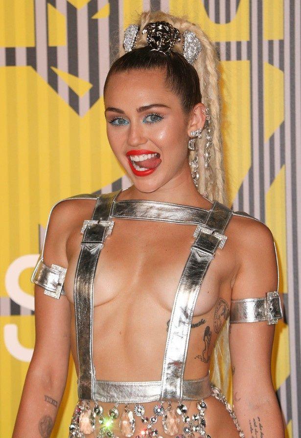 MTVビデオ・ミュージック・アワード授賞式に登場したマイリー・サイラス