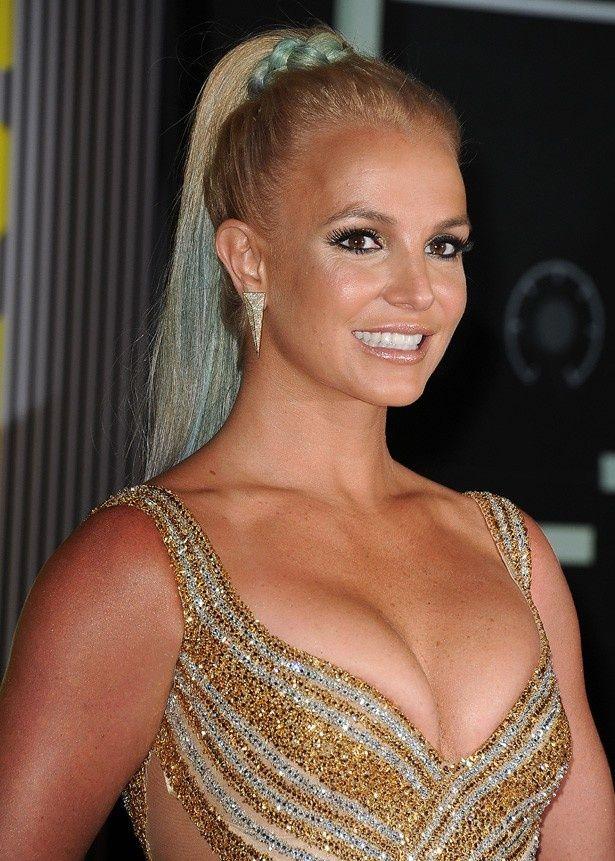 ゴールドのセクシードレス姿でMTVビデオ・ミュージック・アワード授賞式に登場したブリトニー・スピアーズ