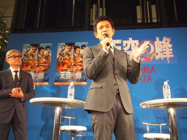 ソラリアプラザ1階のゼファに登場した江口洋介と堤幸彦監督。登場すると会場からは大きな歓声が上がった