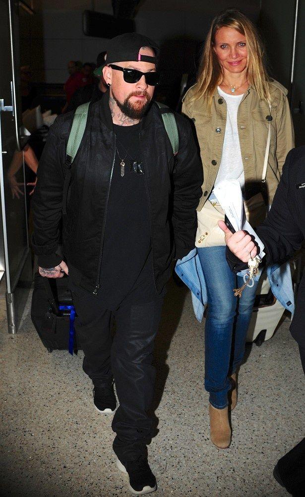 【写真を見る】夫のベンジー・マッデンと共に空港に現れたキャメロン